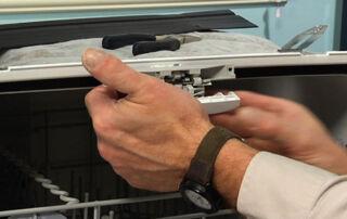 چگونه چفت در ماشین ظرفشویی را بررسی کنیم